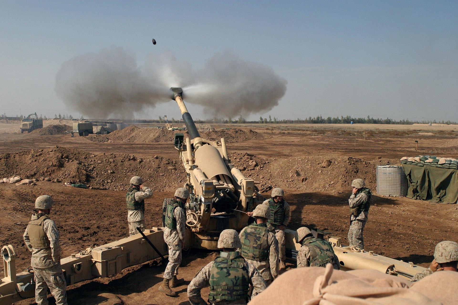 Marines fire howitzer in Iraq